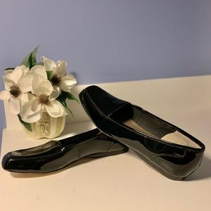 🔥MAKE OFFER🔥Array Freedom casual flats🔥